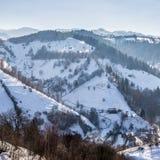 Panoramablick von Pestera im Winter, Brasov, Siebenbürgen, Rumänien stockfotos
