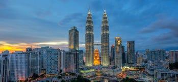 Panoramablick von Petronas-Twin Towern bei Sonnenuntergang Lizenzfreie Stockfotografie