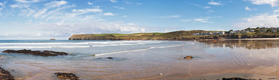 Panoramablick von Polzeath-Strand in Cornwall, England Stockfotos