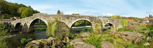 Panoramablick von Ponte Maceira und seine alte Steinbrücke lizenzfreie stockfotos