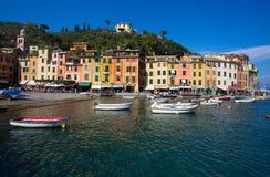 Panoramablick von Portofino, ein italienisches Fischerdorf, Genua-Provinz, Italien Ein Touristenort mit einem malerischen Hafen u lizenzfreie stockfotografie
