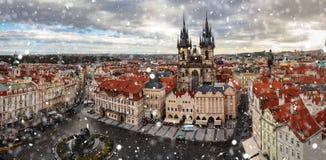 Panoramablick von Prag beim Schneien, Tschechische Republik lizenzfreie stockfotografie