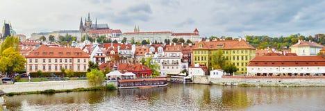 Panoramablick von Prag-Schloss, Tschechische Republik, auf dem Ufer von der Moldau lizenzfreies stockbild