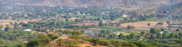 Panoramablick von Pushkar-Tal in Indien, von einem erhöhten Pers Stockfotografie