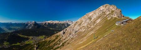 Panoramablick von Reither Spitze unten zu Seefeld Stockbilder