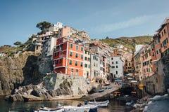 Panoramablick von Riomaggiore-Bucht im Nationalpark Cinque Terre, Ligurien, Italien lizenzfreies stockbild