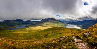 Panoramablick von schönen Seen und von Wolken in Inverpolly-Bereich, Stockfotos
