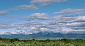 Panoramablick von schönen Wolken über einem Tal des grünen Hügels stockbilder