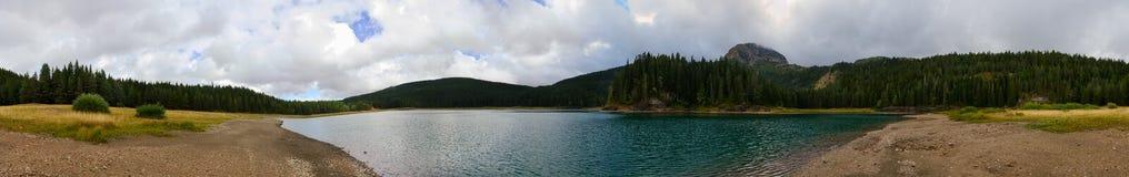 Panoramablick von schwarzem See an bewölktem September-Tag, Montenegro Stockfotos