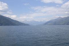Panoramablick von See Como an einem bewölkten Tag mit den Alpen im Hintergrund lizenzfreie stockfotografie