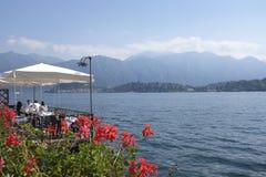 Panoramablick von See Como an einem sonnigen Tag stockbild