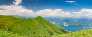 Panoramablick von See Como und Monte Crocione Stockbilder