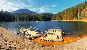Panoramablick von See großer Höhe Synevir am Herbsttag Stockfotografie