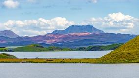 Panoramablick von See Myvatn und von Pseudokratern alias vulkanisch nahe Skutustadir auf Island, Sommerzeit stockfoto