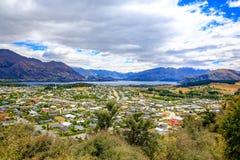 Panoramablick von See Wanaka-Stadt Irgendwo in Neuseeland Stockfotografie