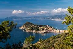 Panoramablick von Sestri Levante und von seinem Vorgebirge; Küstenlinie von Ligurien im Hintergrund Lizenzfreie Stockfotos