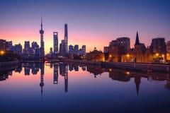 Panoramablick von Skylinen Shanghais Lujiazui während des Sonnenaufgangs, Geschäftsgebiet eines attraktiven citie in China lizenzfreie stockbilder