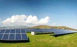 Panoramablick von Sonnenkollektoren, photovoltaics, alternative Stromquelle lizenzfreie stockfotografie