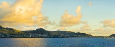 Panoramablick von St. Kitts vom Meer während der goldenen Stunde in DA Stockfotos