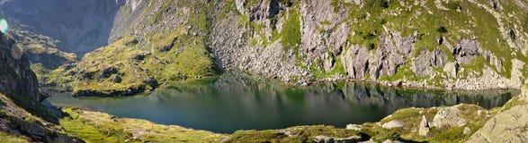 Panoramablick von Teich von Milouga in Pyrenäen Stockfoto