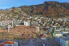 Panoramablick von Thun-Stadt mit Krankenhaus und Hubschrauber Stockfoto