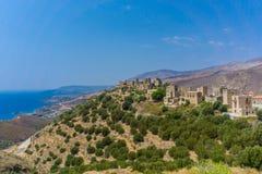 Panoramablick von Turmhäusern an Dorf Vathia Vatheia in Mani Greece stockfotos