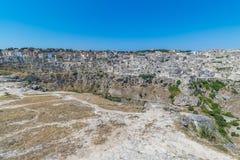 Panoramablick von typischen Steinen bringen Sassi di Matera von Matera UNESCO-Europäischer Kulturhauptstadt 2019 unter blauem Him Stockfotografie