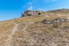 Panoramablick von typischen Steinen bringen Sassi di Matera von Matera UNESCO-Europäischer Kulturhauptstadt 2019 unter blauem Him Lizenzfreies Stockbild