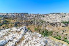 Panoramablick von typischen Steinen bringen Sassi di Matera von Matera UNESCO-Europäischer Kulturhauptstadt 2019 unter blauem Him Stockfoto