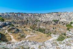 Panoramablick von typischen Steinen bringen Sassi di Matera von Matera UNESCO-Europäischer Kulturhauptstadt 2019 unter blauem Him Lizenzfreie Stockfotos