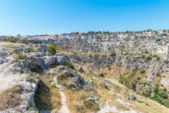 Panoramablick von typischen Steinen bringen Sassi di Matera von Matera UNESCO-Europäischer Kulturhauptstadt 2019 unter blauem Him Lizenzfreie Stockfotografie