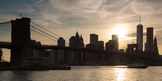 Panoramablick von unterem Manhattan und von Brooklyn-Brücke in neuem Yor Lizenzfreie Stockfotos