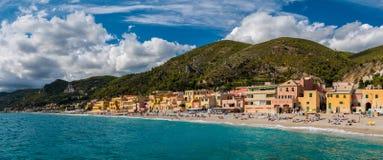 Panoramablick von Varigotti, kleines Seedorf nahe Savona, mit gedrängtem Strand während eines sonnigen Nachmittages stockbilder