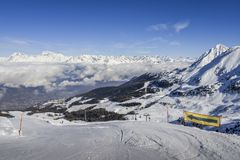 Panoramablick von weit und gepflegter Ski Piste im Erholungsort von Pila in ` Aosta, Italien Valle d während des Winters stockfotos