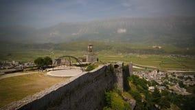 Panoramablick zu Gjirokastra-Schloss mit der Wand, dem Turm und der Uhr, Gjirokaster, Albanien lizenzfreies stockfoto