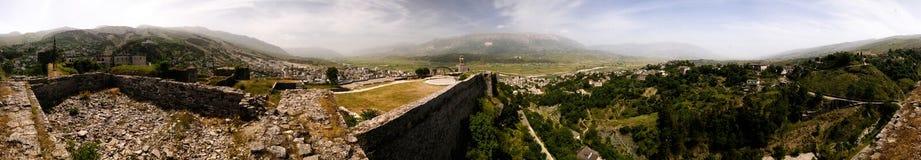 Panoramablick 360 zu Gjirokastra-Schloss mit der Wand, dem Turm und der Uhr, Gjirokaster, Albanien stockfotos