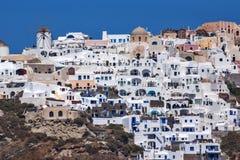 Panoramablick zu Oia-Stadt vom Meer, Santorini-Insel, Griechenland Lizenzfreie Stockfotos
