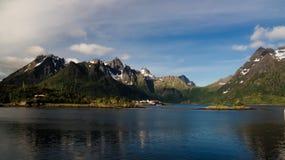 Panoramablick zu Sildpollnes-Dorf und zu Urvika-Fjord in Austvagoy-Insel, Lofoten, Norwegen Lizenzfreie Stockfotografie