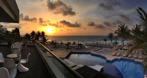 Panoramablick zum Ozean zur Sonnenaufgangzeit Lizenzfreie Stockfotografie