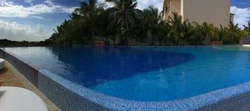 Panoramablick zum Swimmingpool bei Sonnenaufgang Tim Stockbild