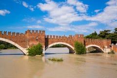 Panoramablick, zum von Ponte Pietra in Verona auf die Etsch-Fluss I zu überbrücken lizenzfreie stockfotografie