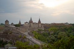 Panoramablick zur Brücke und zur Festung, Kamianets-Podilskyi, Ukraine lizenzfreies stockbild