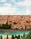 Panoramablick zur Stadt von Verona mit Fluss am sonnigen Tag an den Sonnen Lizenzfreie Stockbilder