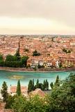 Panoramablick zur Stadt von Verona mit Fluss am sonnigen Tag an den Sonnen Stockfotos