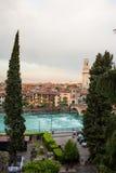 Panoramablick zur Stadt von Verona mit Fluss am sonnigen Tag an den Sonnen Lizenzfreie Stockfotos