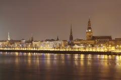 Panoramablick zur UNESCO-Welterbestätte mit alter Stadt, wie über dem gefrorenen Daugava-Fluss von Akmens-Brücke in Riga, L geseh stockbilder