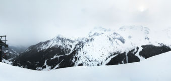 Panoramablickberge, die Arabba-Dorf umgeben Dolomiten Sella Ronda Italien lizenzfreie stockfotografie