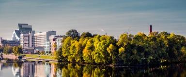 Panoramablickdamm der Riga-Stadt im Herbst Lettland, Nordeuropa lizenzfreie stockfotografie