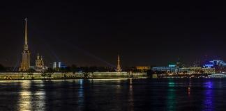 Panoramablicke des Flusses Neva zum Hochschuldamm Stockfotos