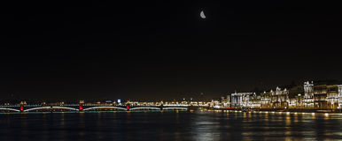 Panoramablicke des Flusses Neva zum Hochschuldamm Lizenzfreies Stockfoto
